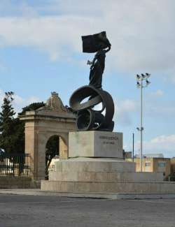 The independence monument in front of the Mall Gardens Floriana
